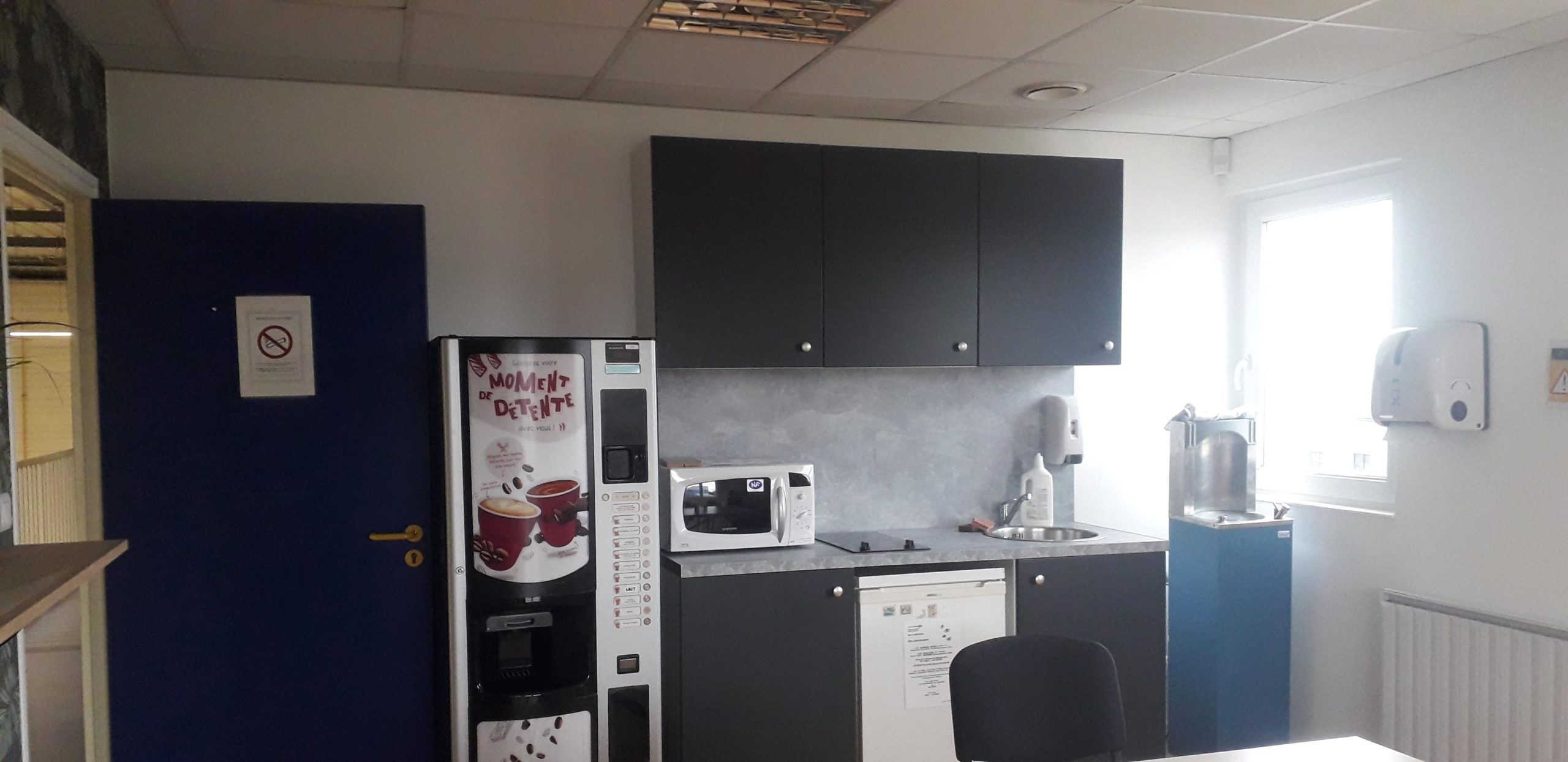 salle de pause, kitchenette grise