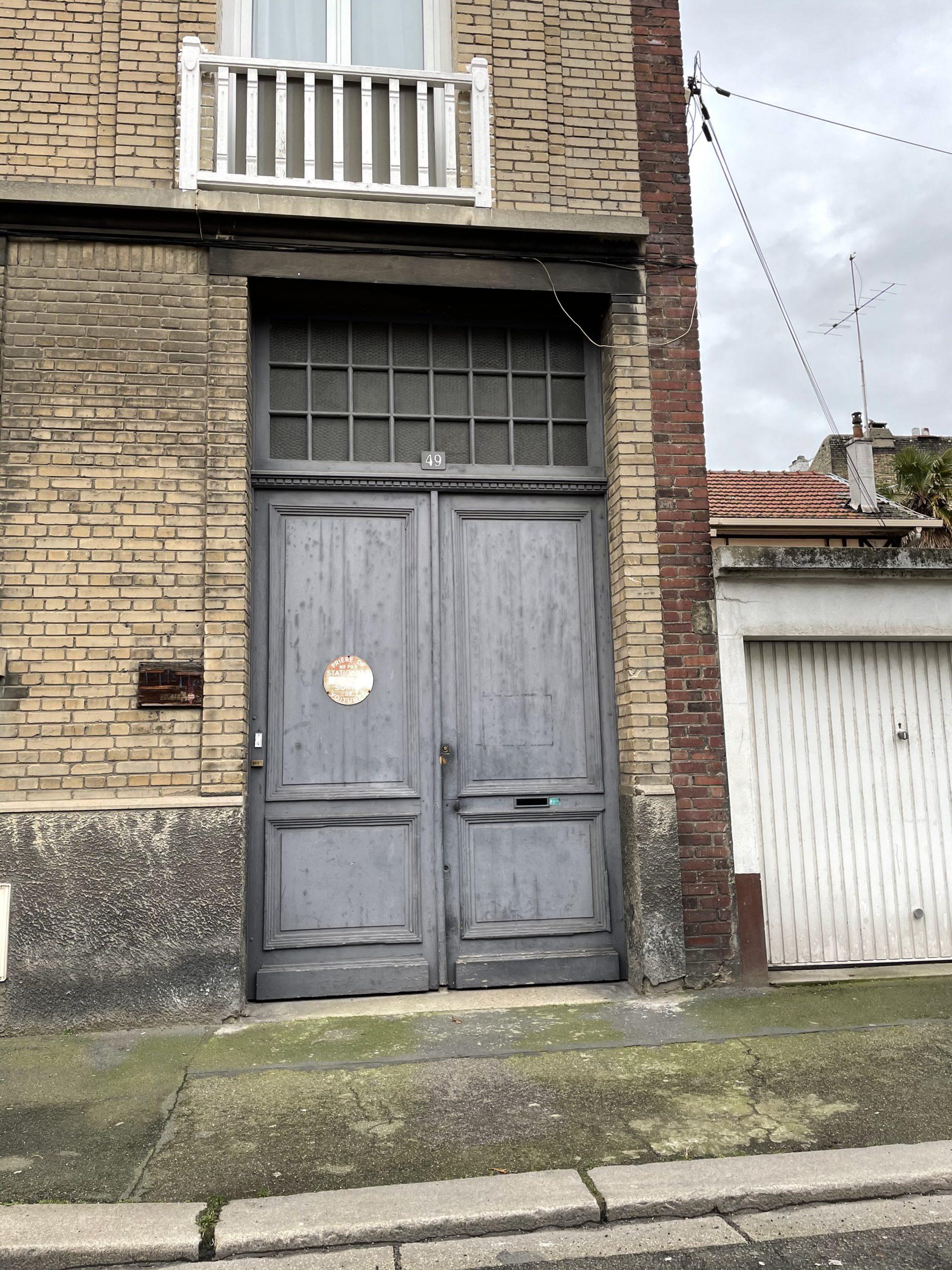 porte d'immeuble en bois