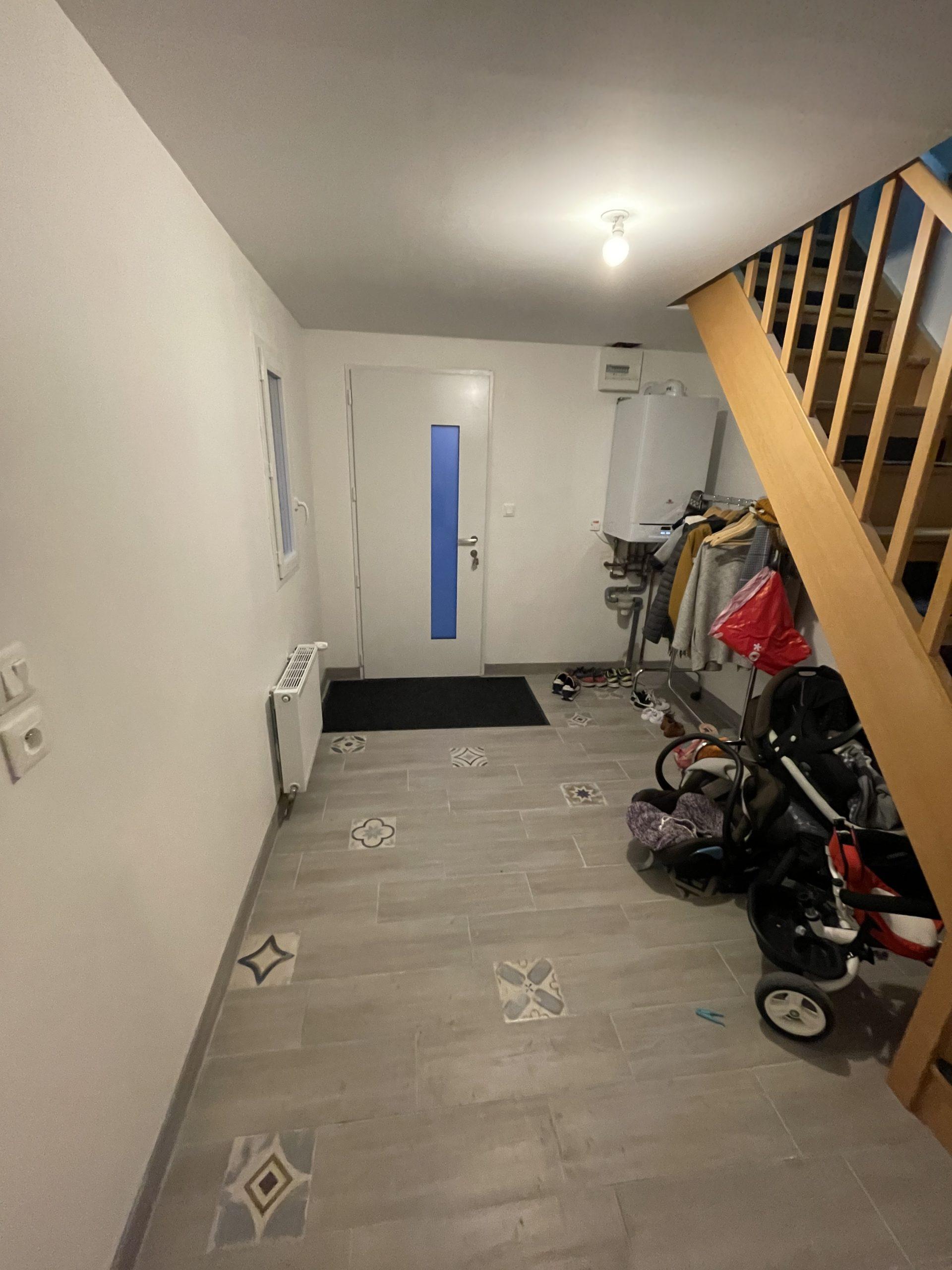 entrée, escalier en bois 1/4 tournant, porte aluminium